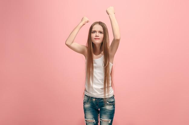 분홍색 벽에 성 난 십 대 소녀의 초상화