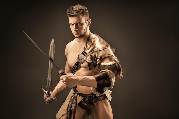 剣と革の服で怒っている戦士の肖像画