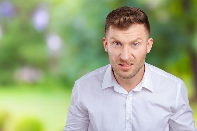 怒っている若い男の肖像