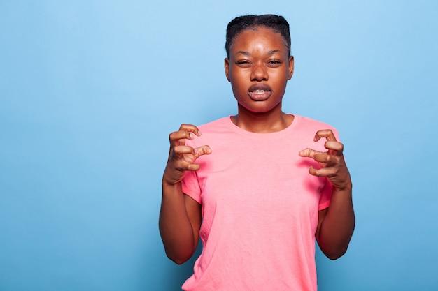 화난 몸짓으로 손을 잡고 있는 화난 아프리카계 미국인 십대 초상화