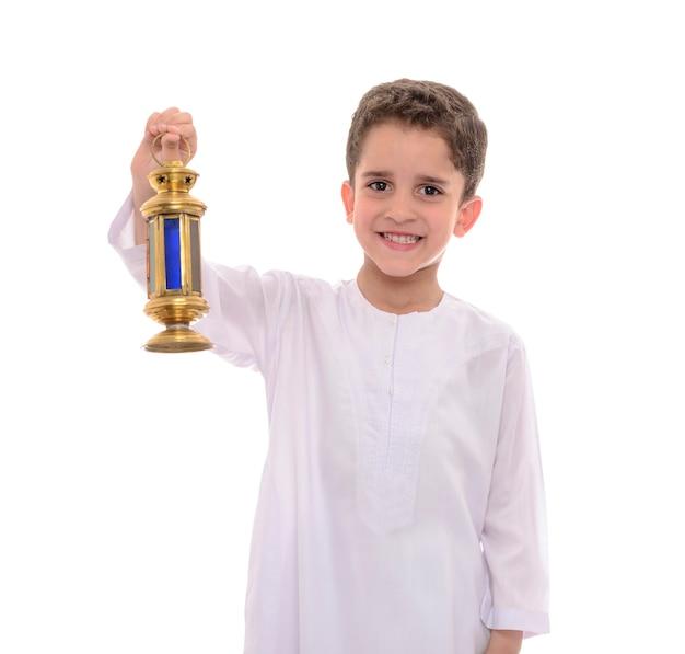 Портрет арабского мальчика-мусульманина празднует рамадан