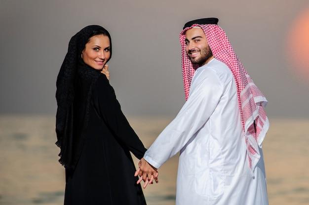 アラビア語の服を着たヤンカップルの肖像画。