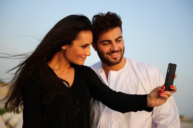 アラビア語の服を着たヤンカップルの肖像画