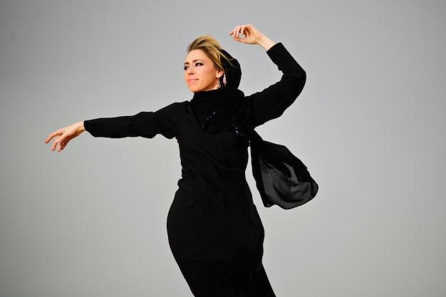 砂漠でアラビア風の服を着た女性の肖像画