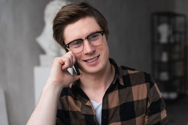 Портрет художника разговаривает по телефону