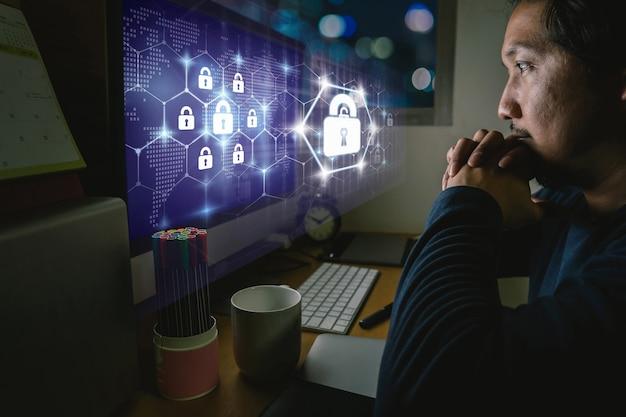 보안 키 잠금 아이콘 디지털 홀로그램을 통해 앉아서 열심히 일하는 아시아 사업가의 초상화