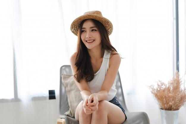 自宅の部屋でポーズをとるアジアファッションスタイルsmilling美しい女性モデルの肖像