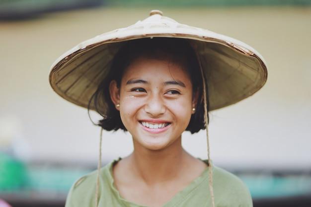 ミャンマーのアジアの美しいビルマの少女農家の肖像画