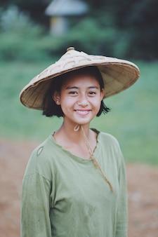 ミャンマーのアジアの美しいビルマ少女農家の肖像画