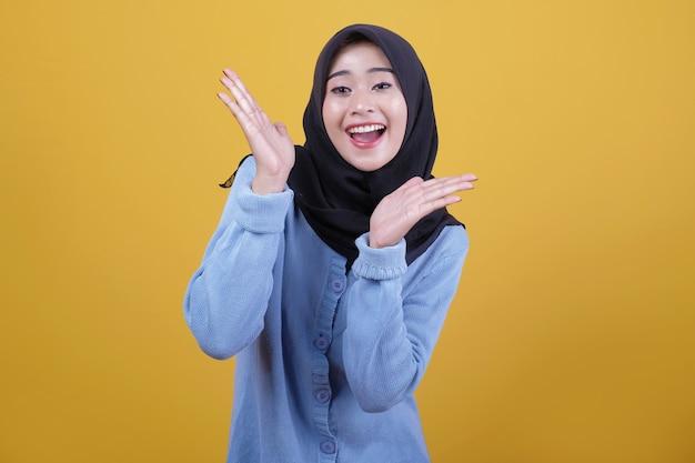 검은 hijab를 입고 아시아 아름 다운 여자의 초상화, 행복하게 두 손으로 뭔가 보여주는 표정을 바라본다