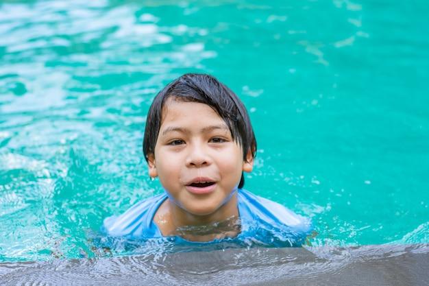 수영장에서 아시아 소년의 초상화