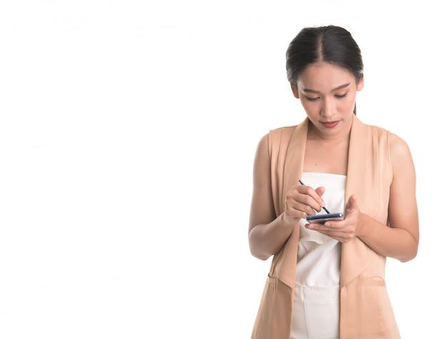 白で隔離される携帯電話のアジアビジネス女性の使用の肖像画