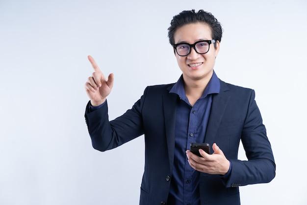 전화를 사용 하여 서 아시아 실업가의 초상화