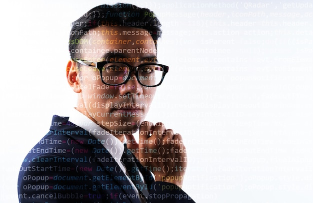 顔にコード行を持つアジア系のビジネスマンのポートレート。未来の人間のデジタル化の概念