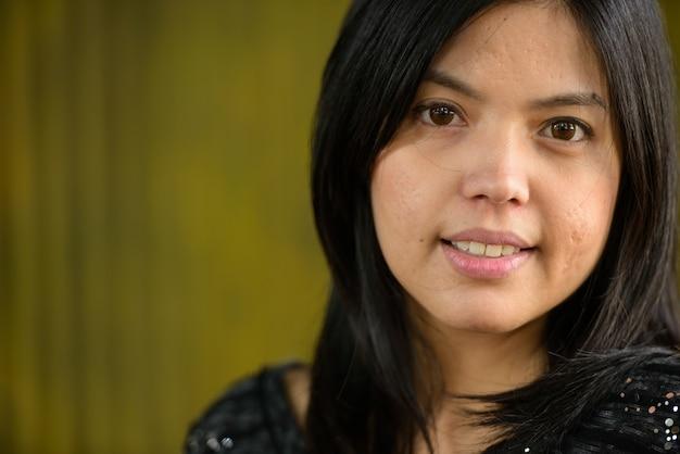 야외 대나무 벽에 아시아 사업가의 초상화