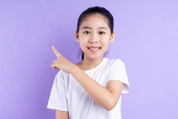 보라색 배경에 아시아 아이의 초상화