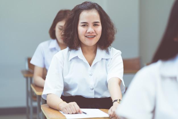 Портрет азиатских студентов колледжа, изучающих и записывающих в классе