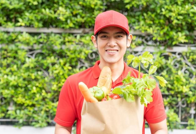 Портрет азиатского доставщика