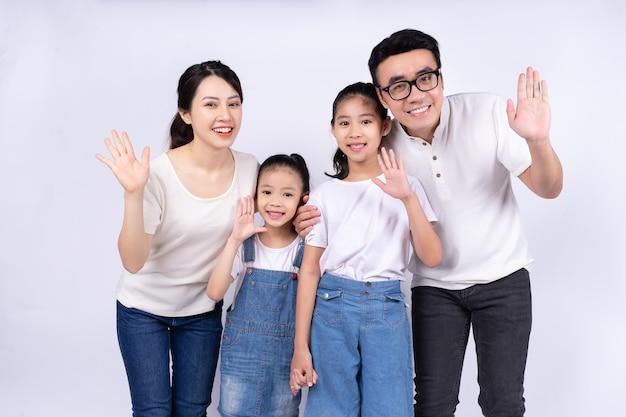 흰색 바탕에 아시아 가족의 초상화
