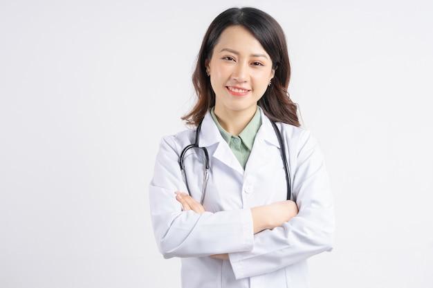 Портрет азиатской женщины-врача, взявшись за руки и улыбаясь
