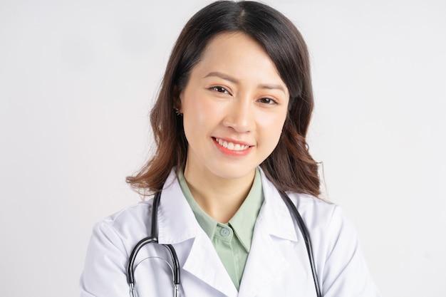 Портрет азиатской женщины-врача улыбается