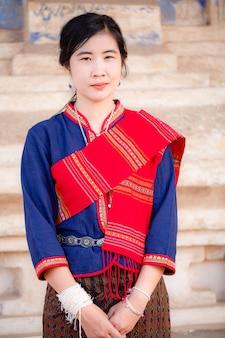 태국 시골에서 유명한 태국 전통 의상을 입은 아시아 소녀의 초상화