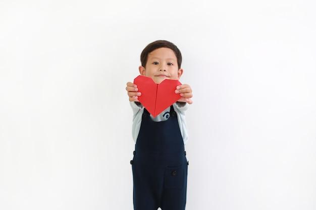 흰색 배경에 대해 당신을 위해 붉은 심장 기호를주는 아시아 작은 아기의 초상화. 손에 붉은 마음에 초점