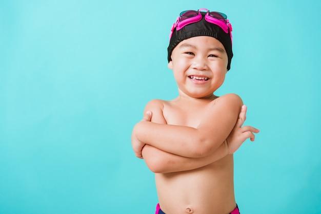 아시아 작은 아이 소년 착용 고글과 수영복 서 팔의 초상화