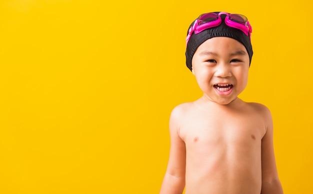 고글과 수영복을 입고 아시아 작은 아이 소년의 초상화