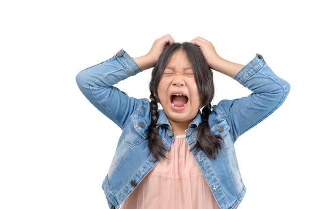 Портрет азиатской маленькой девочки, кричащей с открытым ртом и сумасшедшим выражением лица. концепция удивленных или шокированных лиц