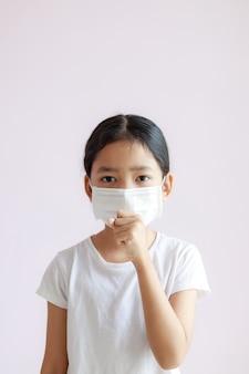 アジアの少女の肖像画は、生理用ナプキンと咳を着ています。