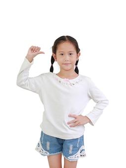 親指の指サインを示すアジアの小さな子供の肖像画