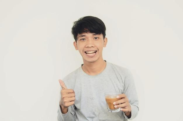 커피를 마시는 아시아 남자의 초상화