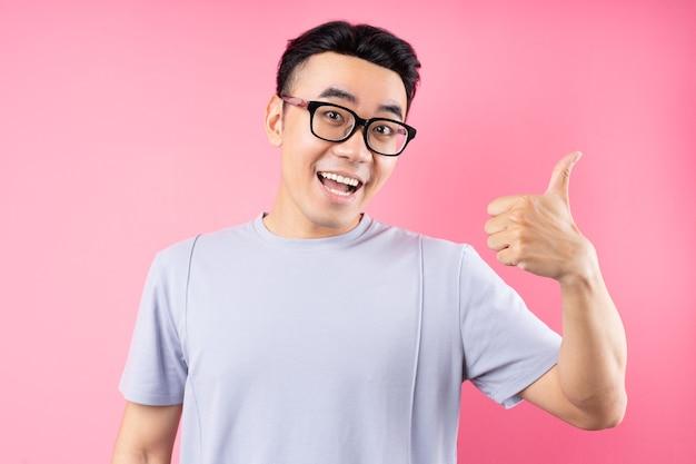 多くの表現でポーズをとるアジア人男性の肖像画