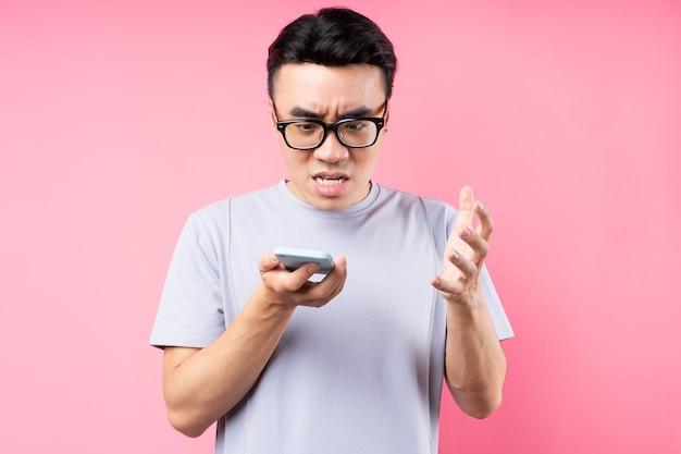 Портрет азиатского мужчины с помощью смартфона