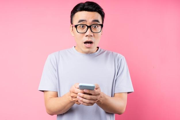 スマートフォンを使用してアジア人男性の肖像画
