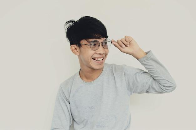 笑顔の眼鏡をかけているアジア人男性の肖像画