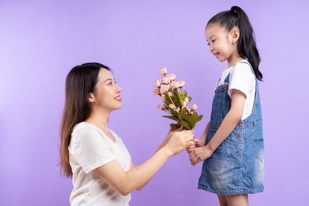 보라색 배경에 아시아 어머니와 딸의 초상화