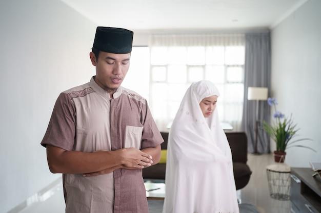 Портрет азиатского мусульманина, молящегося, сложив руку перед сундуком дома