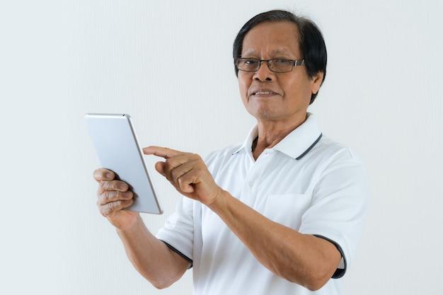 Портрет азиатского старшего мужчины с помощью планшета