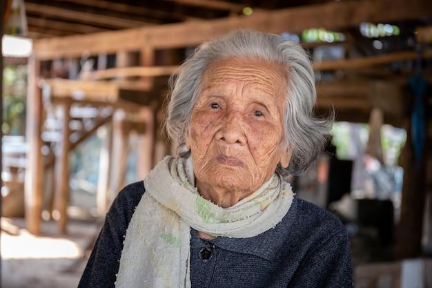 아시아 노인 여성의 초상화, 카메라를보고 짧은 회색 머리를 가진 할머니, 노인 여성 개념