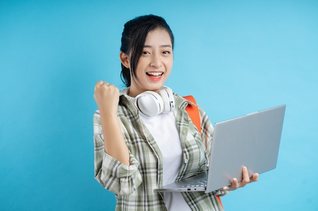 青い背景の上のアジアの学生の肖像画