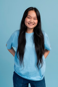웃는 아시아 십 대 소녀의 초상화