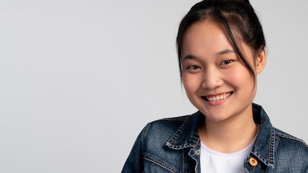 Портрет азиатской девочки-подростка улыбается