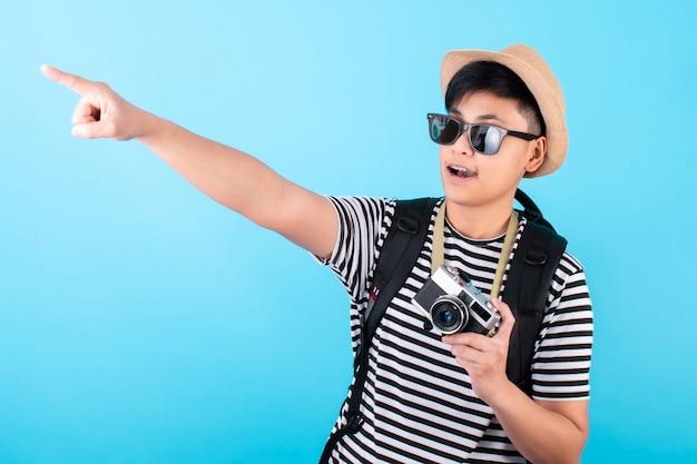 カジュアルな服装や休日で幸せそうに笑っているアジアの観光客の肖像画