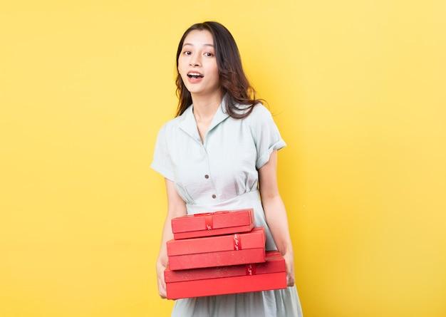 선물 상자를 들고 아시아 여자의 초상화
