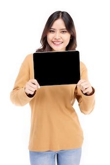 아시아 여자의 초상화 표시 또는 흰색 배경 위에 손에 태블릿 컴퓨터를 제시, 아름 다운 여자 건강, 자신감을 찾고 흰색 절연.