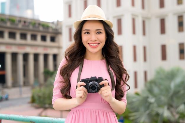 카메라와 함께 길에 아시아 여성 여행자 사진 힙 스터 라이프 스타일의 초상화