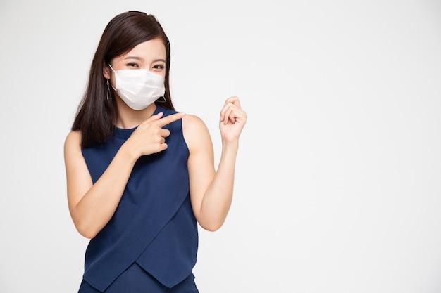 보호 의료 마스크를 착용하는 아시아 여자의 초상화