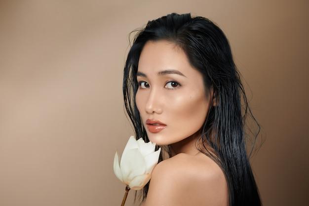 완벽한 피부를 가진 아시아 여자의 초상화